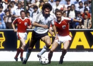 Quatre ans plus tôt, l'Autriche avait éliminé la RFA au Mondial argentin. Cette fois-ci, les deux équipes se qualifieront...