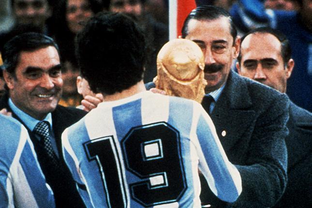 Videla remet la Coupe du Monde à Daniel Passarella