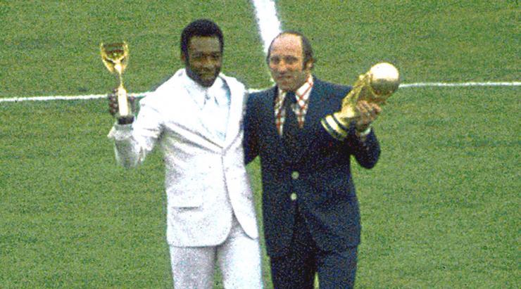 En 1974, la nouvelle Coupe du Monde fait son apparition. Le trophée Jules Rimet devient  la propriété du Brésil